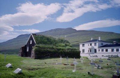 Kerk met turfdak en dakbegroening - Akureyri