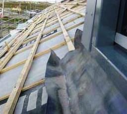 Werkzaamheden voordat het groene dak er is.